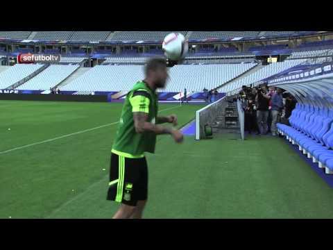 Sergio Ramos žongluje s loptou